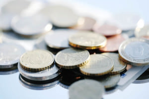 монеты россыпью лежат на столе