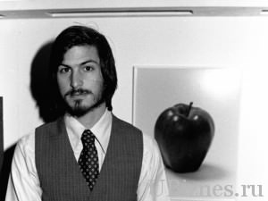 Стив Джобс в молодости с бородкой.