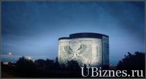 Изображение банкноты на здании.