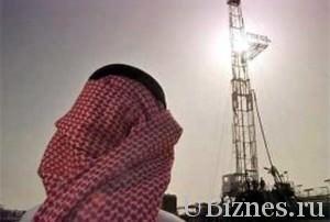 Житель Саудовской Аравии на фоне нефтяной вышки
