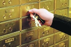 Рука с ключами открывает банковскую ячейку