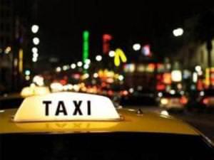 Такси на фоне ночного города