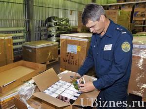Работник таможенной службы с товарами