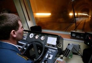 Машинист метро смотрит в туннель