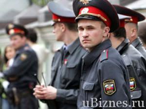 Полицейские стоят в ограждении