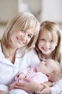 Счастливая семья - мама и два ребенка