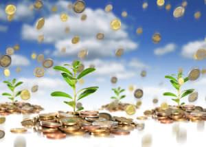 Ростки зелени произрастают из кучки монеток