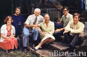 Сэм Уолтон в окружении своей семьи у своего загородного дома